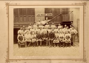 Arbeiter der Fa. Johann Weiss & Sohn, in der Mitte Johann Baptist Weiss, ca. 1892 (Original aus meiner eigenen Sammlung Reinhard Pascher)