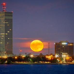 Moonrise between the banks