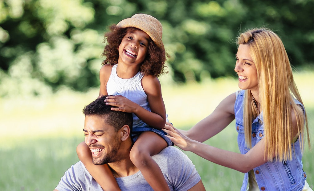 family-picnicking-outdoors-4BRYYRB_edite
