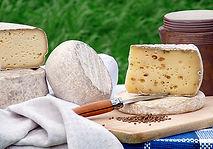 Fabrication de fromage au lait cru.