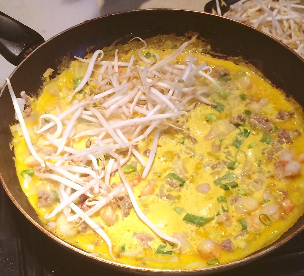 Banh xeo, crêpes vietnamiennes rs de cuisine données chez Raquel, la fondratrice de Merexpat