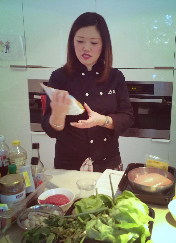 Li Wang donnant un cours de cuisine vietnamienne