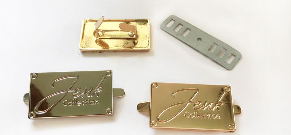 Placas metálicas y logos
