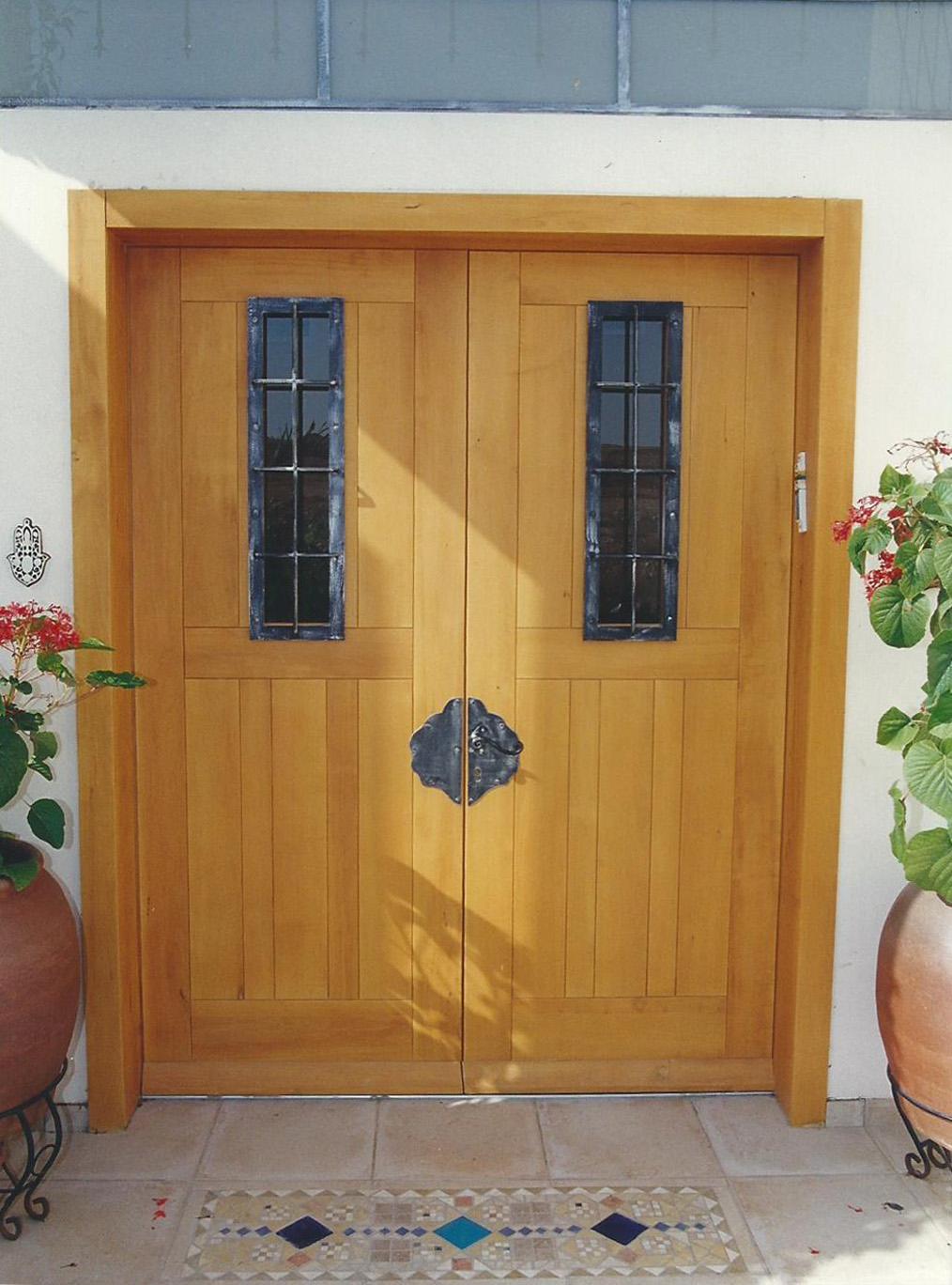 תוספות מתכת לדלת עץ