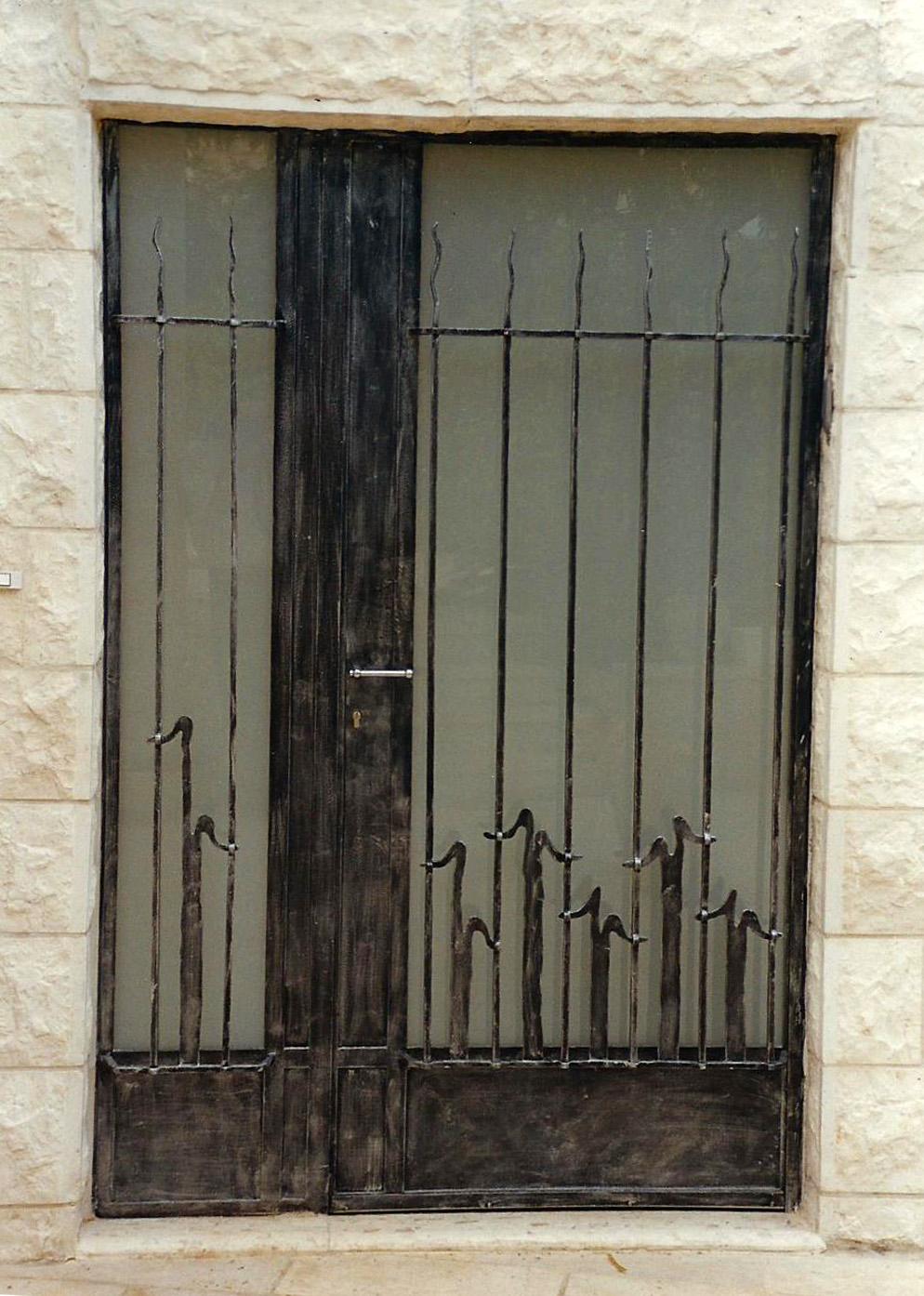 דלת כניסה משולבת זכוכית ונפחות