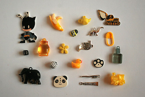 Bee I Spy trinkets collection, 1-5cm, Set of 20