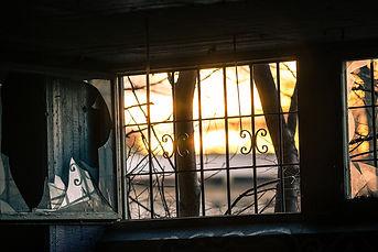 חלון שבור בבניין נטוש