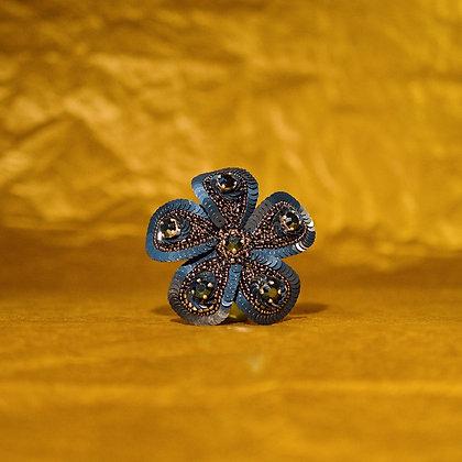 Fleur bleue et anthracite