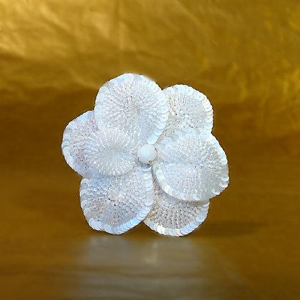 Fleur blanche en perles