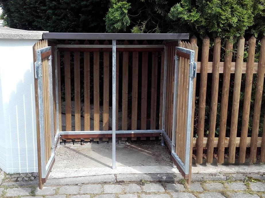 Müllbox_integriert_in_Staketenzaun_Fich