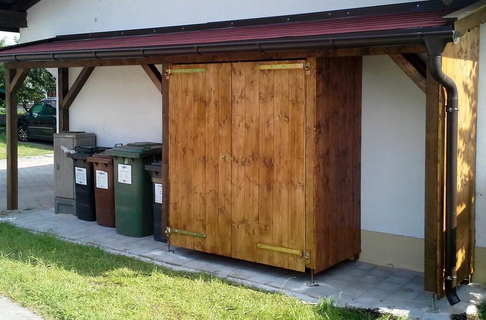 Mülltonnenhaus_mit_kl._Schrank,_Fichte_
