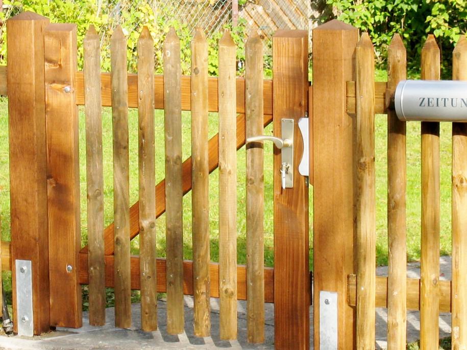 Staketenzaun Fichte braun kdi, Holzpfosten auf H-Eisen, oben spitz - Eingangstor (Holzrahmen)