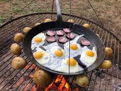 Frühstück am Lagerfeuer