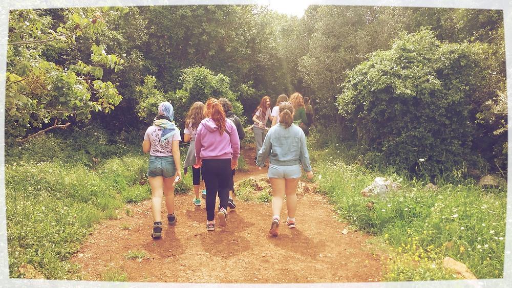 ילדים צועדים בשביל בטבע במסע שביל החויה