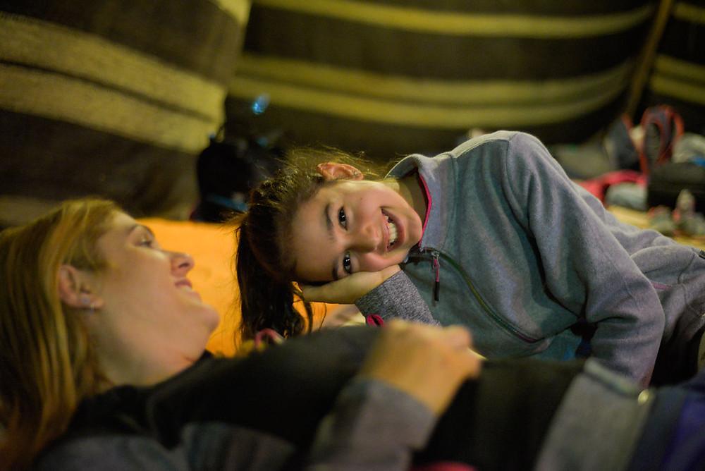 אם ובת ישנות באוהל במסע בשביל הבגרות