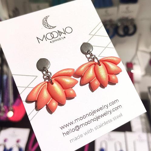 Lótusz fülbevaló - rövid/ irizáló korall narancs