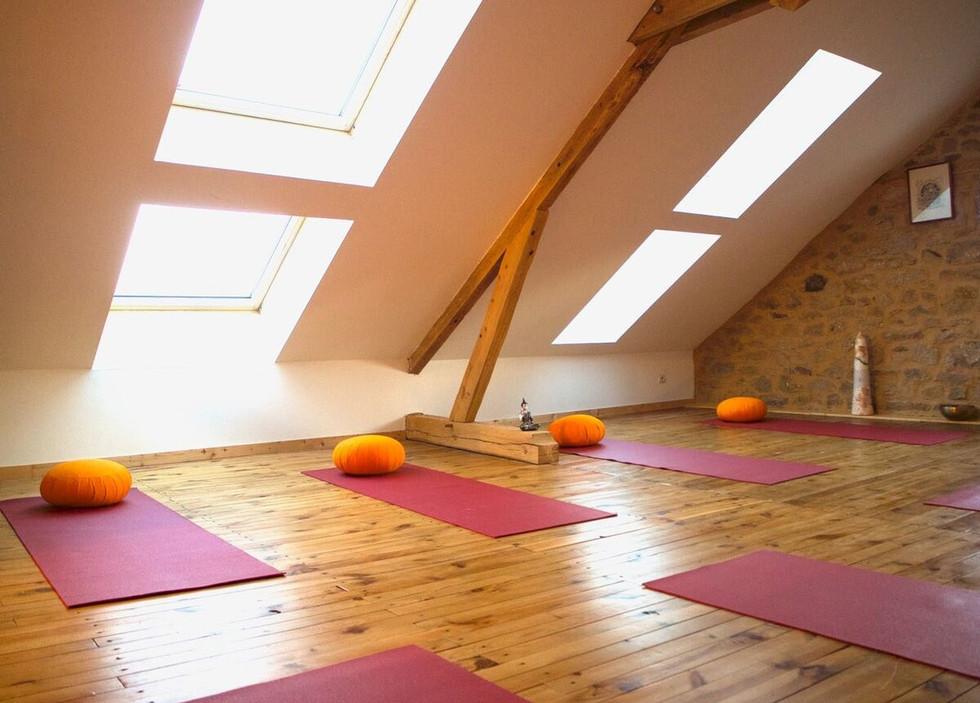 Salle d'activité pour du yoga, massage,