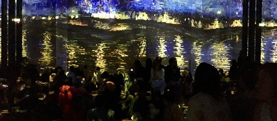 Van Gogh à l'Atelier des Lumières : Des paysages néerlandais jusqu'aux nuits étoilées françaises.