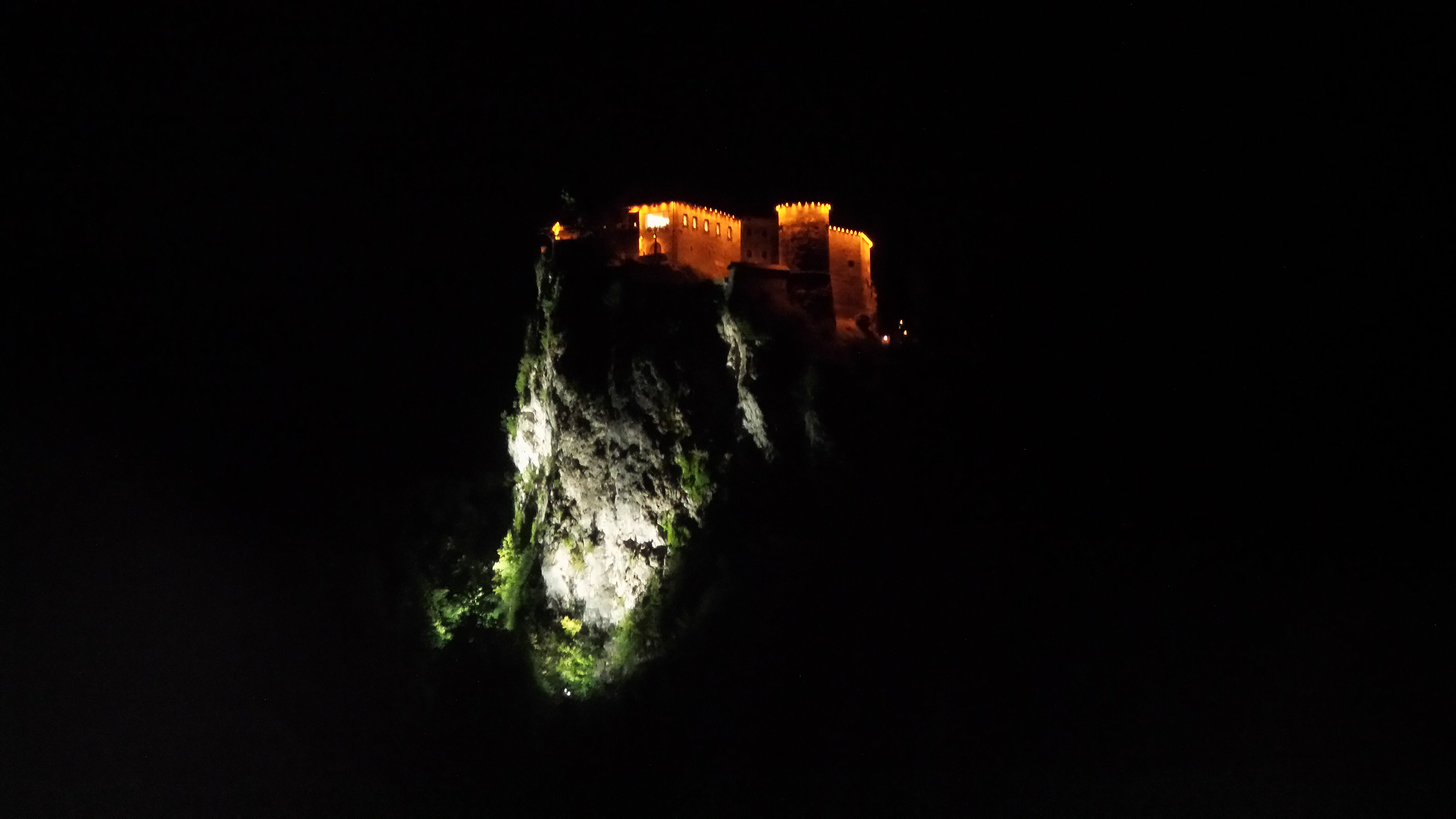 Il castello di Bled illuminato