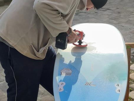 Réparation planche de surf : le shaper Coco débarque à l'Atelier du ride !