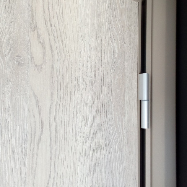 πόρτα με κάσα αλουμινίου και ξύλινο φύλλ