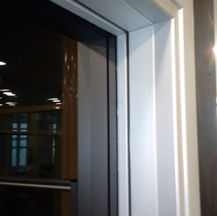 πόρτα με κάσα αλουμινίου και φύλλο με τζ
