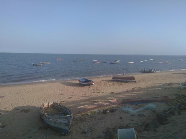 Pequeñas barcas de pescadores en la playa de Maputo, lugar agradable para pasear y comer en los días calurosos de Maputo, aunque con las aguas no muy limpias porque llegan los desagües sin depurar de la ciudad.