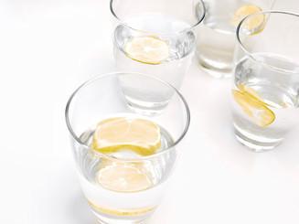 10 beneficios del agua con limón