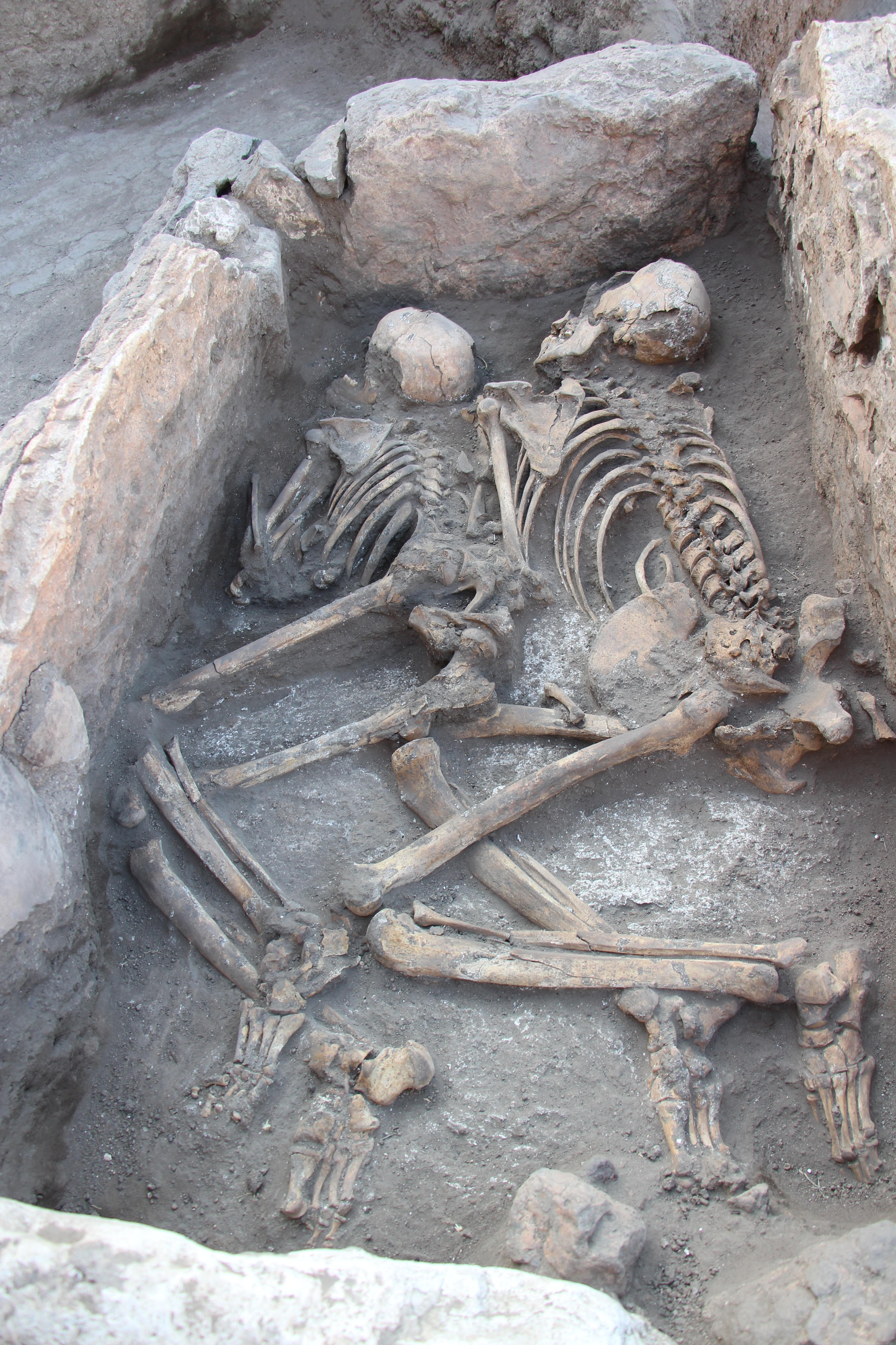 İkili gömünün yapıldığı taş sanduka meza