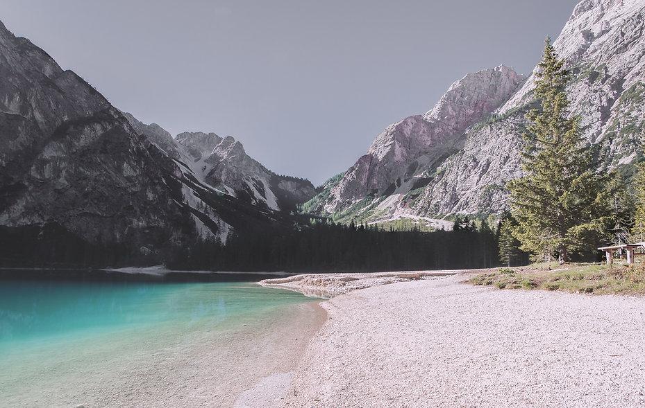 Jezero a hory krajina