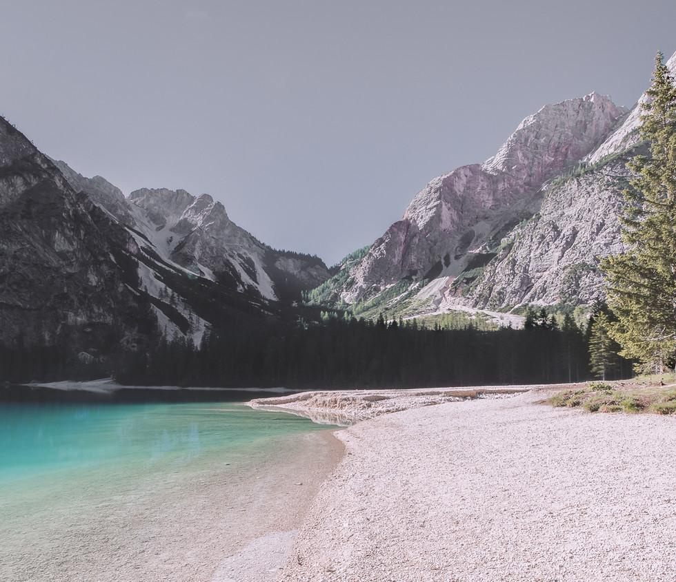 Paysage lac et montagnes
