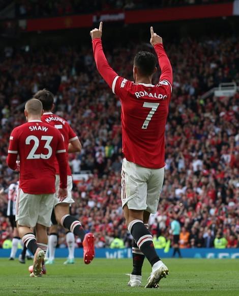 Em sua reestreia, Cristiano Ronaldo marca dois gols e Manchester United goleia Newcastle
