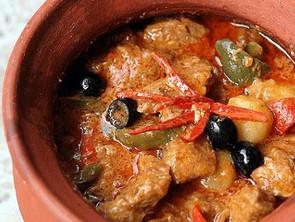 Μοσχαράκι κοκκινιστό με ελιές και γραβιέρα Νάξου