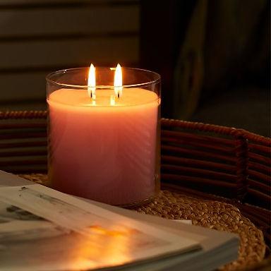 Que la lumière soit avec la Bougie la plus lumineuse du monde™ Nos bougies GloLite figurent parmi les formes les plus vendues. Elles sont si populaires qu'elles ont été offertes en cadeau aux stars les plus lumineuses de l'édition des Golden Globes 2019. La bougie la plus lumineuse au monde est un cadeau idéal pour Noël. Elle s'illumine instantanément de haut en bas quelle que soit sa forme. Vos clients pourront transformer cette bougie en centre de table saisonnier avec l'un de nos fabuleux pots à bougie hivernaux. Technologie exclusive brevetée. Disponible uniquement chez PartyLite. Une ambiance magique en toutes saisons. Nos piliers GloLite sont disponibles en deux hauteurs : 10 cm et 12 cm. Disponible en 4 formes et 3 fragrances POT À BOUGIE GLOLITE Nos créateurs présentent notre pot à bougie GloLite tendance. Livré dans un emballage cadeau, il est orné d'un couvercle élégant couleur or rose. MAXI BOUGIES À RÉCHAUD GLOLITE Composées de notre cire spéciale GloLite, elles offrent une