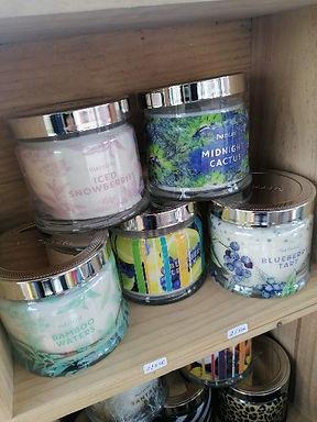 POTS À BOUGIE 3 MÈCHES Les pots 3 mèches PartyLite sont vraiment uniques ! De nouvelles fragrances disponibles chaque saison. Pour obtenir le meilleur rendu olfactif, laissez la bougie brûler jusqu'à ce que la cire se liquéfie sur toute la surface. Utilisez le couvercle métallique pour éteindre la bougie et la protéger de la poussière entre deux utilisations. Si une «petite fleur» se forme sur la mèche, éteignez la bougie, ôtez la «fleur», puis allumez à nouveau votre bougie.Pot à bougie 3 mèches Pot à bougie mèche en bois Pot à bougie Escential Pot à bougie GloLite by PartyLite Pot à bougie Pot à bougie BeBalanced by PartyLite Lampions Bougies à réchaud Maxi-bougies à réchaud GloLite by PartyLite Pilier GloLite by PartyLite Bougies effilées Galets Scent Plus Melts Aromapure by PartyLite SmartScents by PartyLite SmartBlends Spray désodorisant Huile essentielle & fragrance pure BeBalanced by PartyLite Encens pour jardin Galets sans flamme Voir toutes les formes