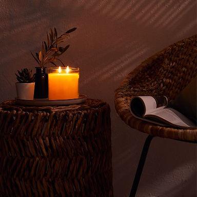 """Mabel Baker - Créatrice de PartyLite De la fragrance """" Bayberry """" à la grande entreprise mondiale… Au début des années 1900, l'institutrice Mabel Baker commence à fabriquer des bougies à partir des baies sauvages cueillies aux alentours de sa ville natale de Cape Cod.  D'abord, Mabel les offre en cadeau à sa famille et à ses amis. Mais ses créations se révèlent si populaires qu'elle décide de faire de sa passion pour les bougies plus qu'un simple passe-temps. Dès 1909, l'activité de Mabel devient florissante, à force de persévérance et de travail acharné.  En 1965, la petite entreprise qui avait commencé avec une seule fragrance """"Bayberry """" (Baies sauvages) est un groupe mondial d'une valeur de plus 6 millions de dollars !  Mabel était la première entrepreneure PartyLite.  L'héritage de Mabel continue de nous inspirer. En 1973, alors que le travail féminin se développe, l'entreprise de bougies souhaite aider les femmes à gagner leur indépendance et à créer leur propre business.  A l'ép"""