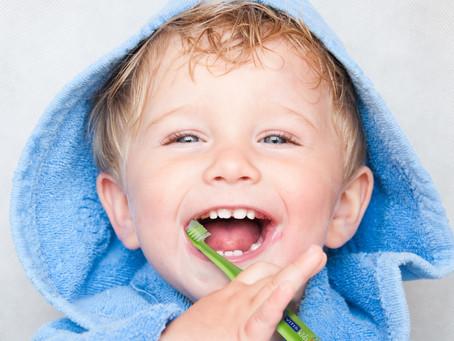 Manchas en los dientes de bebés y niños, ¿por qué aparecen?