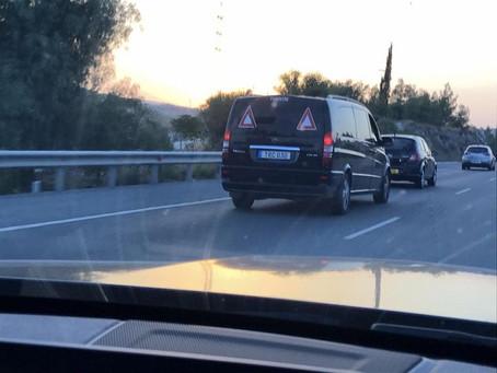 """Τουρκοκυπριακό ταξί επιστρέφει με """"κούρσα"""" από το Αεροδρόμιο Λάρνακας, προς κατεχόμενα."""