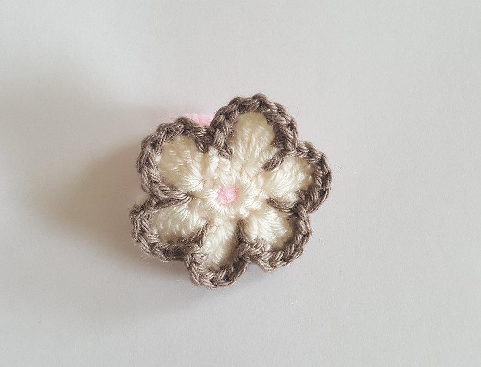 elastiek met gehaakte bloem - wit/bruin