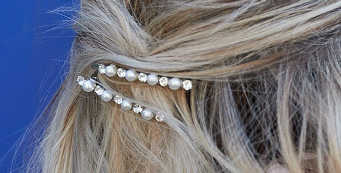 2 haarclips met parels en strass-steentjes.