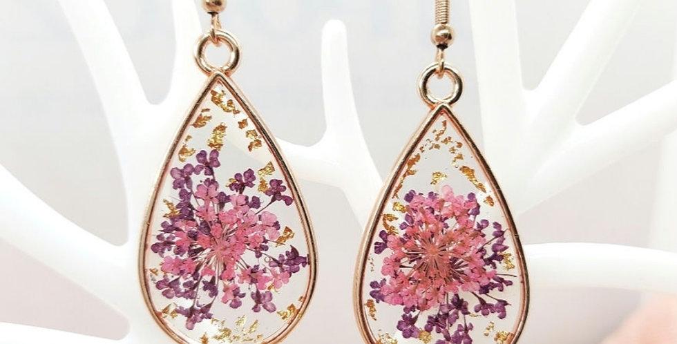 Handgemaakte oorbellen met giethars, gedroogde bloemen en goudvlokjes