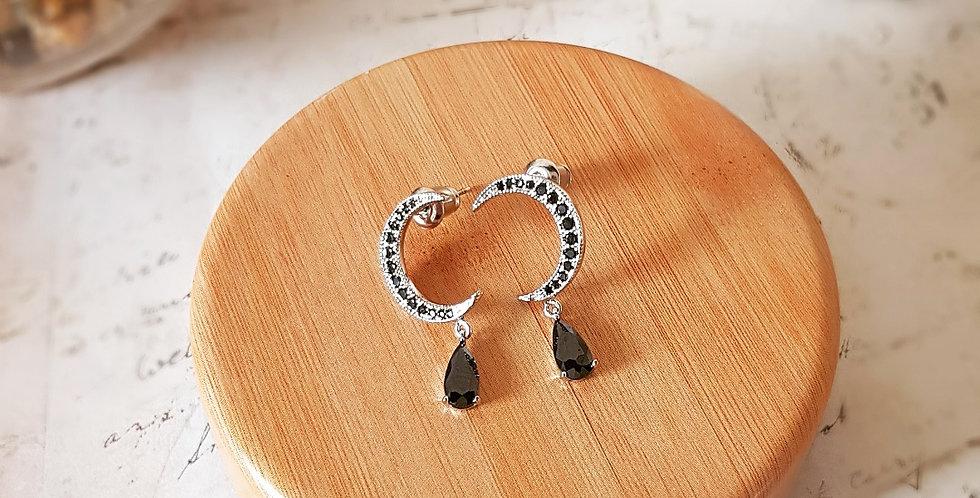 Mooie oorbellen in halve maan vorm met traanvormige zirconia-steen.