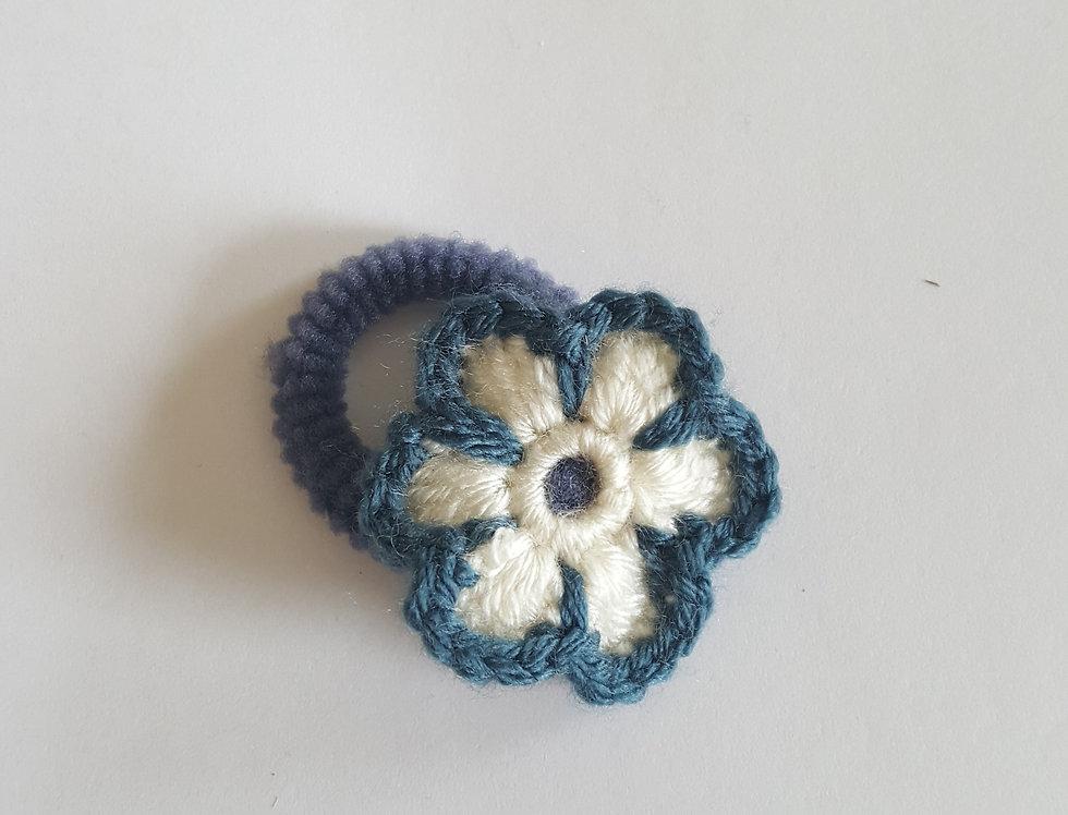elastiek met gehaakte bloem - blauw/wit