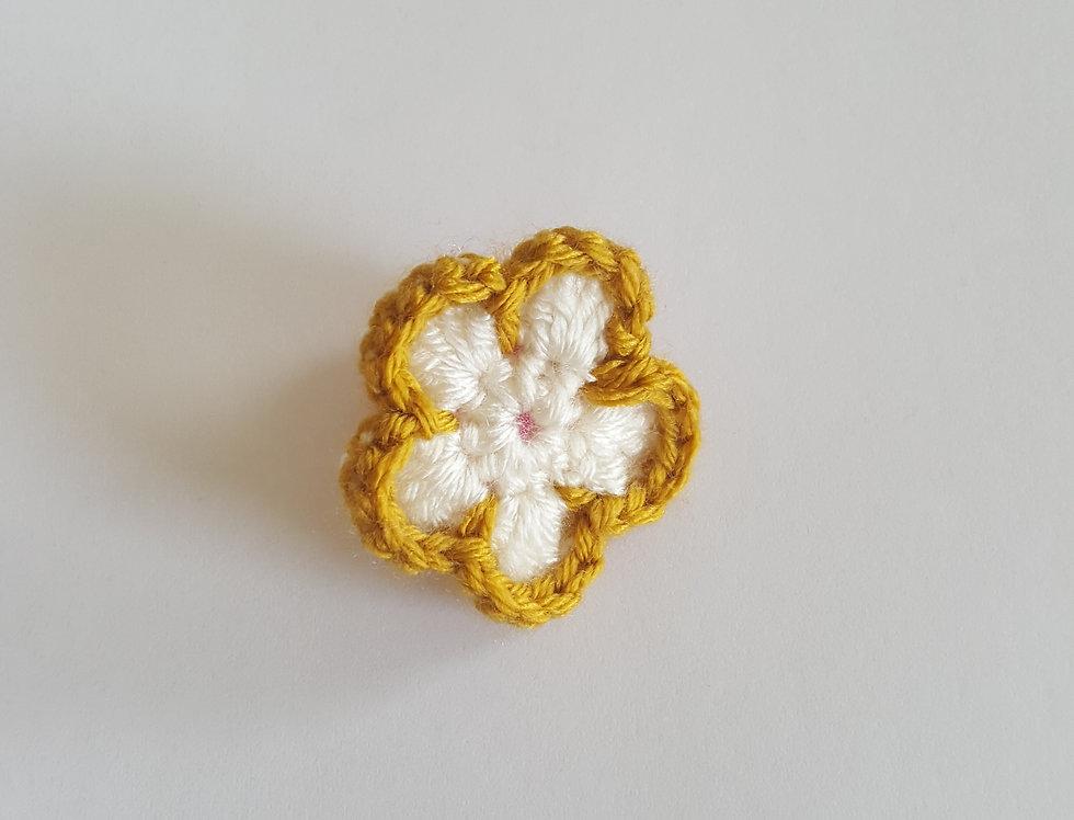 elastiek met gehaakte bloem - oker/wit
