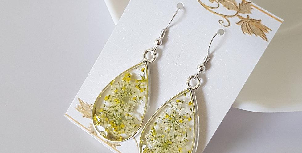 Handgemaakte oorbellen met giethars en gedroogde bloemen
