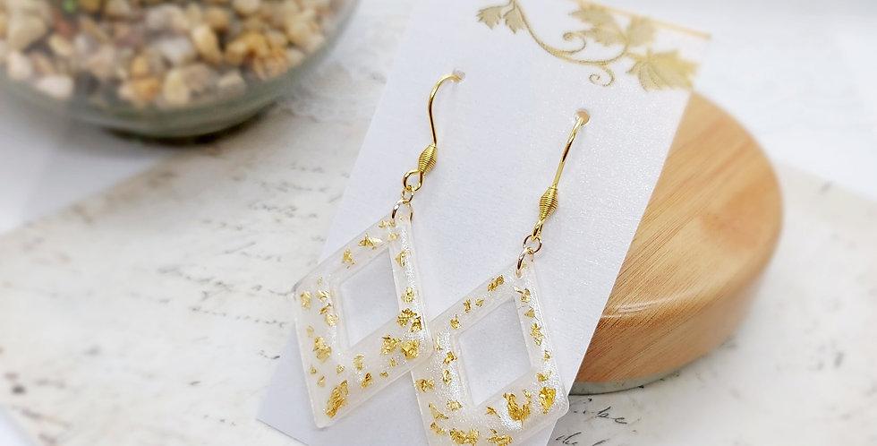 Handgemaakte oorbellen op basis van giethars met goudvlokjes