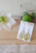 Handgemaakte oorbellen met giethars en gdroode bloemen