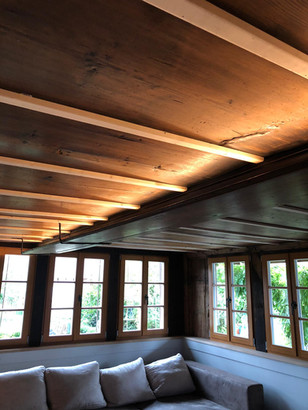 LED-Lichtinstallation in einem umgebauten Bauernhaus