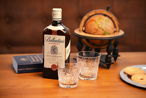 Ballantines scotch whisky ako občerstvenie v English Club pre priateľov angličtiny.