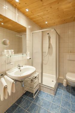 Bergluft Doppelzimmer Bad (c) elikrismer